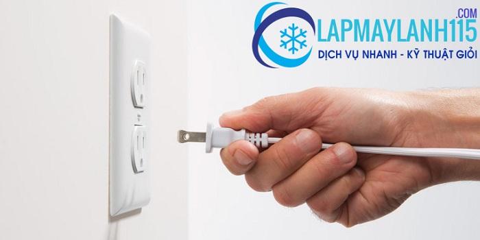 Tắt máy lạnh và nguồn điện trước khi bảo trì máy lạnh