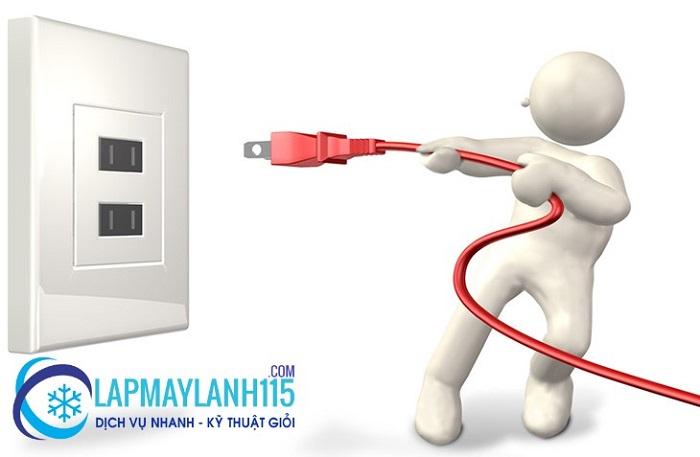 bạn cần tắt máy lạnh và ngắt hết nguồn điện xung quanh